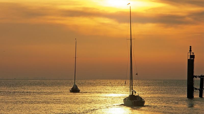 Segelboote im Sonnenuntergang Cuxhaven | (c)Druckerei Heinrich Wöbber OHG